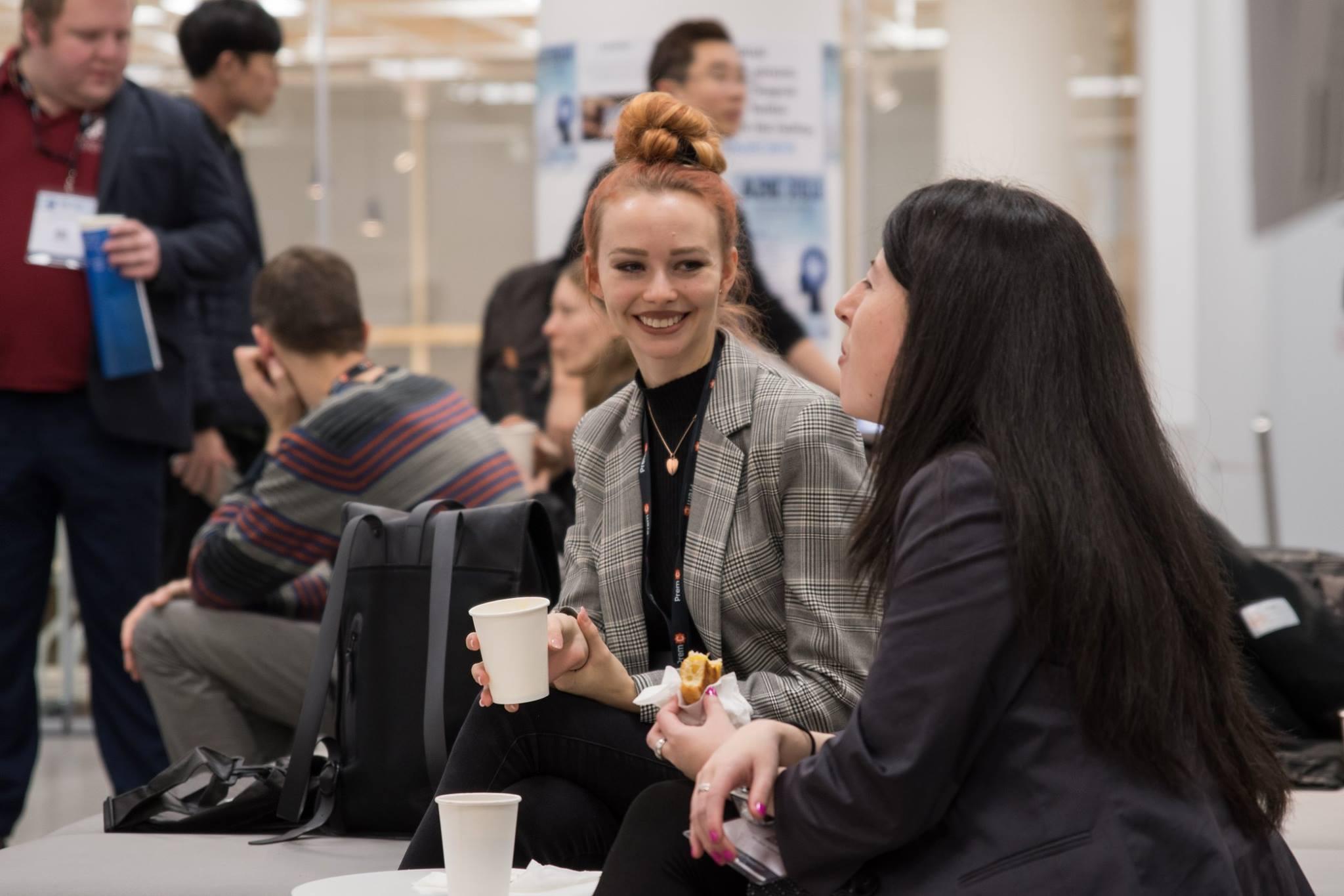 Networking des participants pendant une pause café