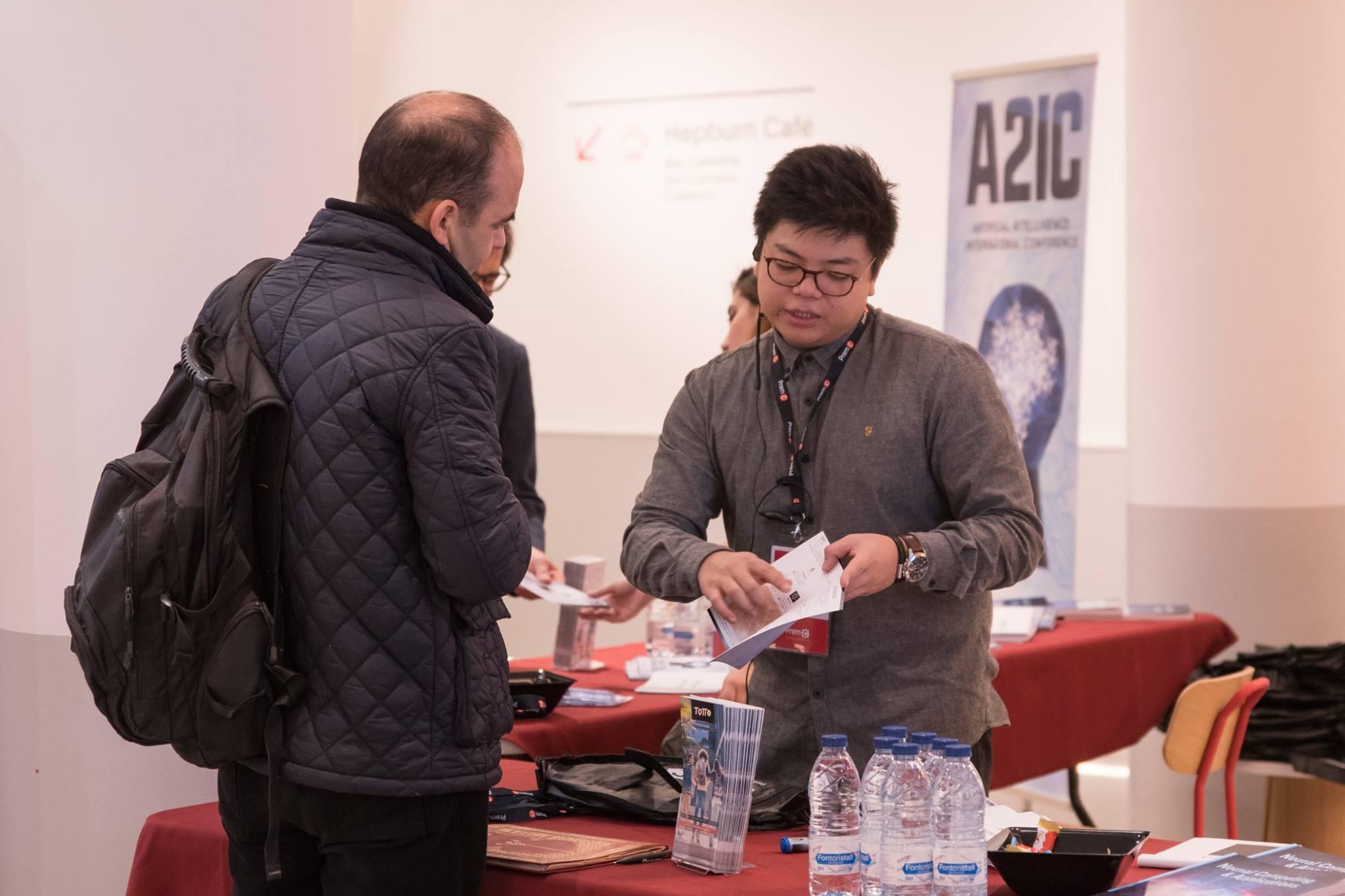 Bureau d'accueil prodiguant des informations aux participants