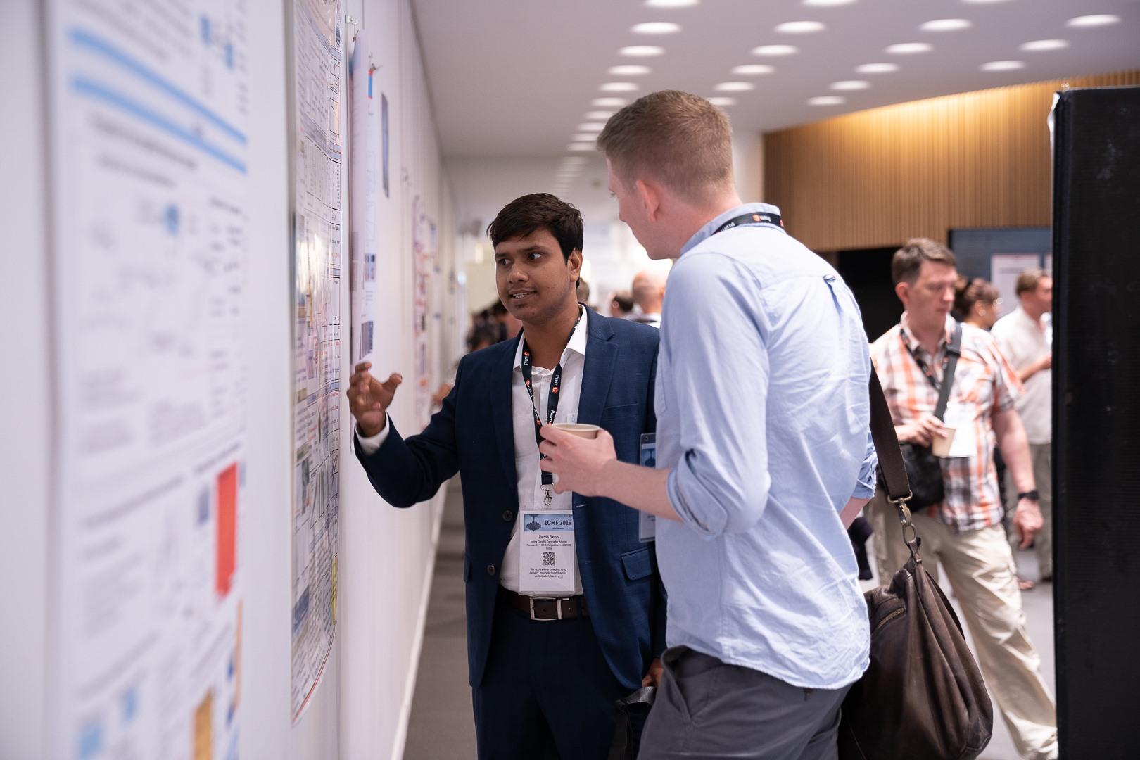 Présentateur et participant pendant une session poster