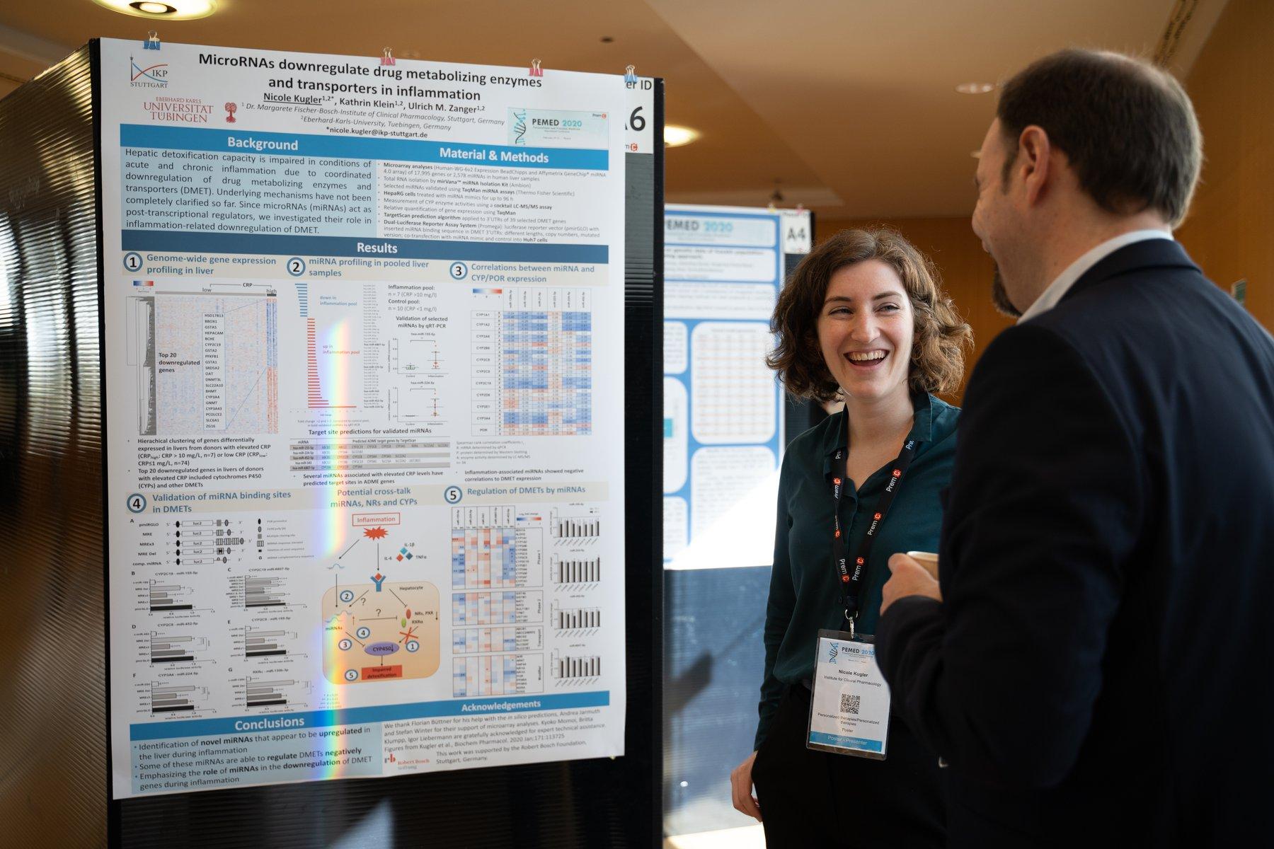 Participant et présentateur échangeant lors d'une session poster